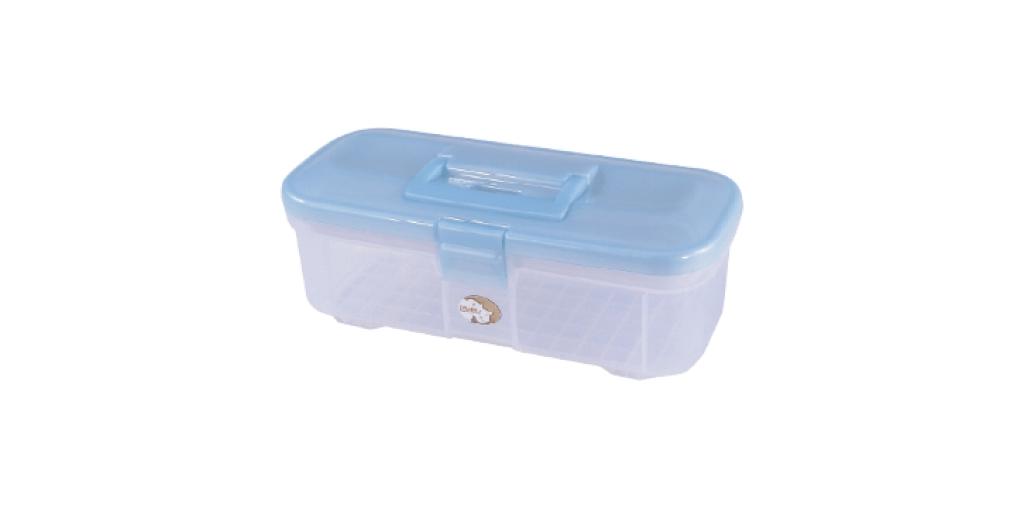 神奇寶貝盒 Accessories Box Item NO. SB345 Size. W345xD162xH125mm Color. 紅、藍、綠 *貼心設計 把手設計隨身攜帶好便利 *隔板設計 空間使用更具靈活輕巧,可隨個人喜好放置不同的小物及零件