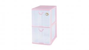 小物二層收納架 Storage Cabinet -2 Drawers Item NO. AD522 Size. W185xD265xH325mm Color. 紅、藍、綠 *拉環設計 把手拉環設計,易拉好開 *可作為文具小物收納之用 *透明抽屜,資料清晰可見